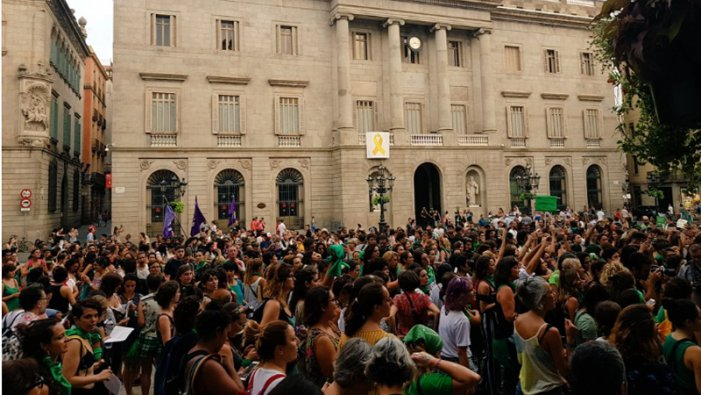 Les principals ciutats de l'Estat espanyol es tenyeixen de verd per l'avortament legal a Argentina