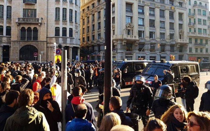 Finalitza el Consell de Ministres entre càrregues policials i manifestacions