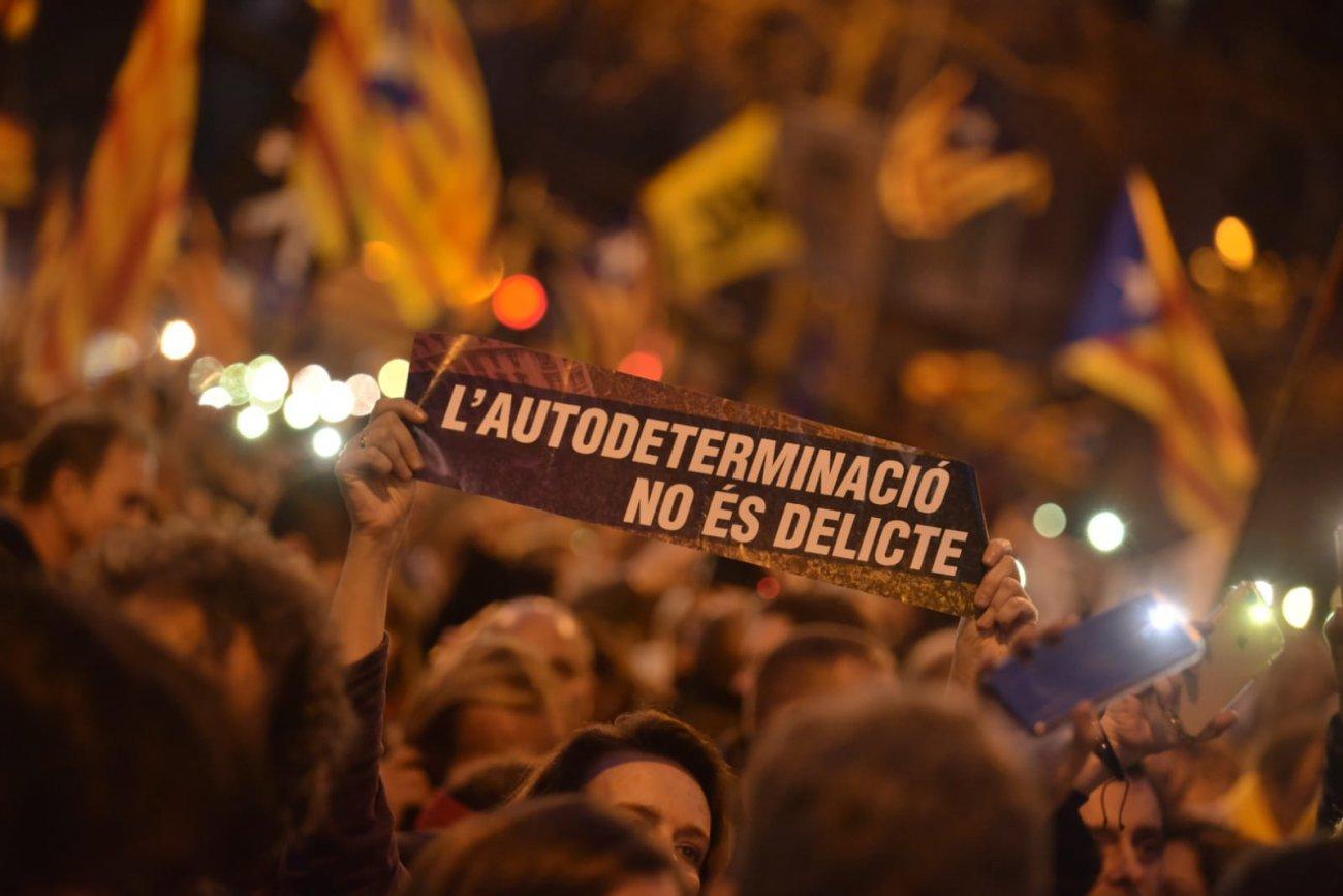 Massiva manifestació contra el judici als líders sobiranistes