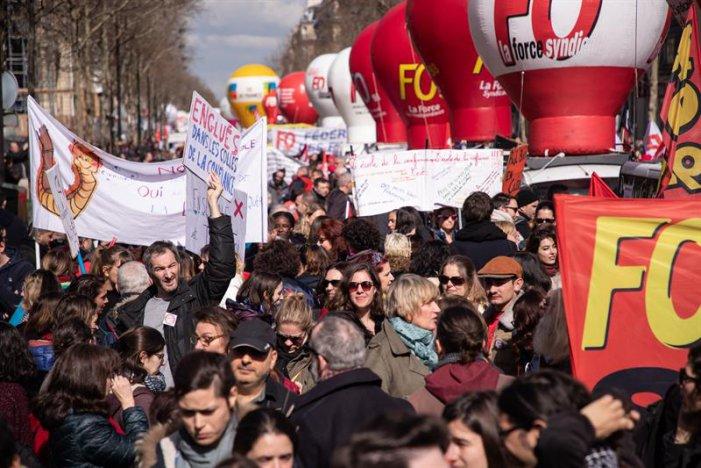 Desenes de milers marxen a França en una nova vaga general contra Macron
