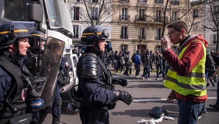 Els armilles grogues es mobilitzen en una França militaritzada per Macron
