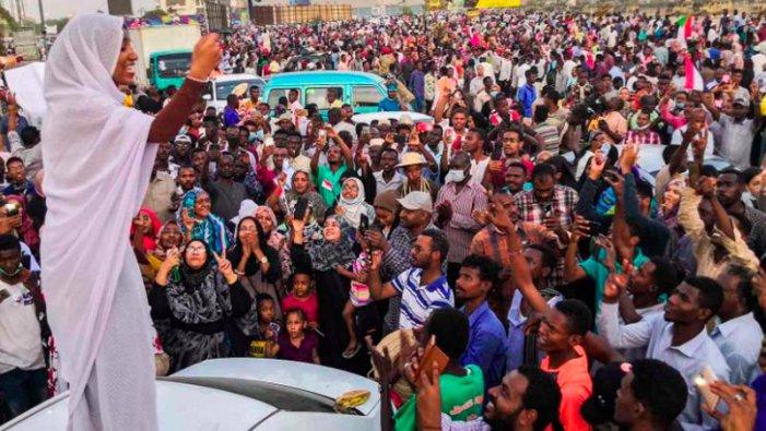 """Alaa Salah, la jove que crida """"revolució"""" i és una icona de les protestes al Sudan"""
