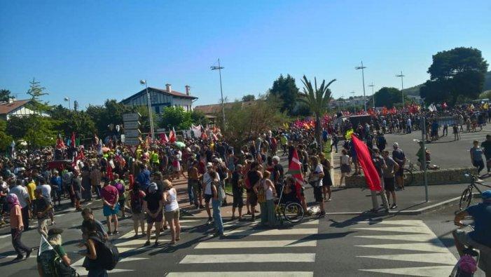 G7: la Policia francesa reprimeix violentament a 15.000 manifestants
