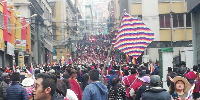 Massiva mobilització pagesa al centre de La Paz contra el cop d'Estat