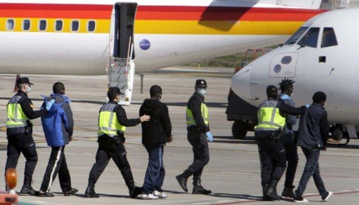 Interior duplica en secret els vols amb deportacions